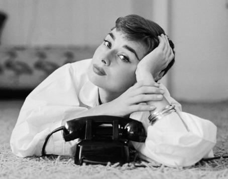 Audrey_Hepburn_telephone