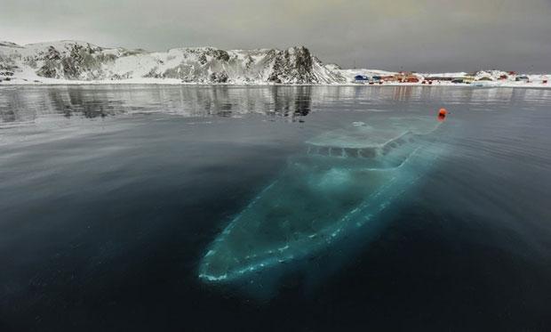 Le_Yacht_Sunken_Antarctique