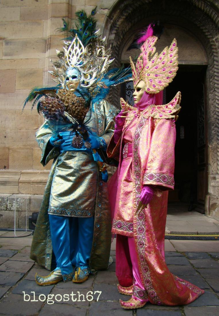 Carnaval_Venitien_Rosheim_2015_Couple_Eglise_Romane
