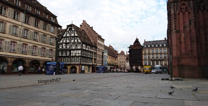 Place_de_la_Cathedrale_Strasbourg_le_matin